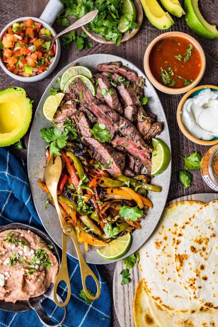 que faire a barbecue pour changer, recette fajitas au boeuf avec des poivrons cuites au four avec coriandre et citron vert frais