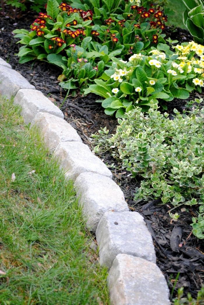 idee comment realiser une bordure de jardin en pierre soi meme pour separer plate-bande fleurie