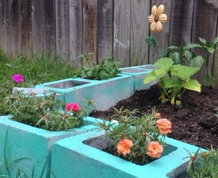 blocs de béton recyclés pour faire une bordure exterieur recup avec des fleurs plantées dans les interstices