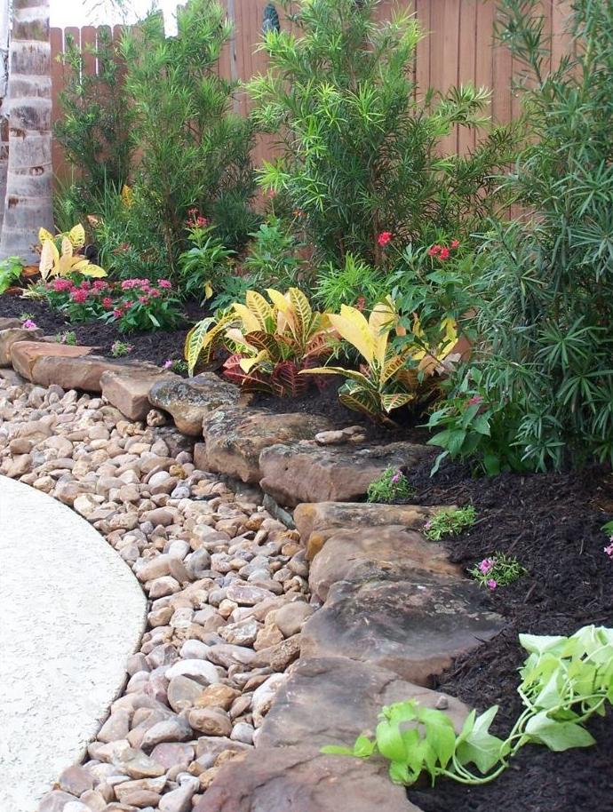 bordure en galets et plus grosses pierres style rocaille feurie, idee bordure de jardin en pierre e faire soi meme