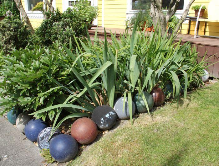 balles de bolwing recyclées pour créer une bordure pelouse en pente originale avec une partie verte