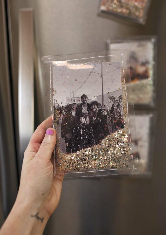 Brillante pochette avec photographie noir et blanc deco photo, pele mele photo souvenirs de voyage et images des amis