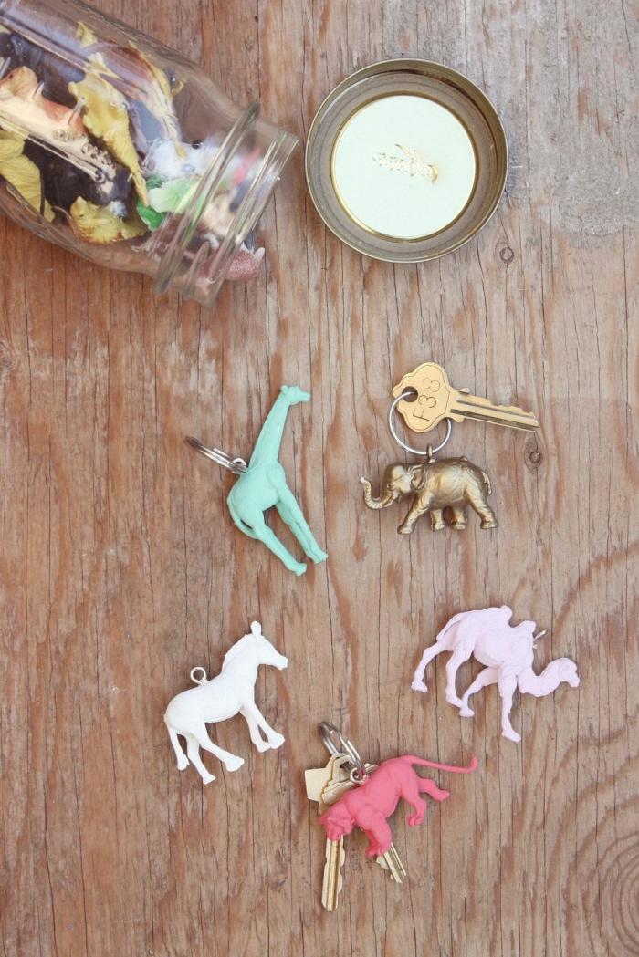 cadeau fête des pères maternelle, idée comment faire un porte-clé original pour papa avec jouets animaux en plastique