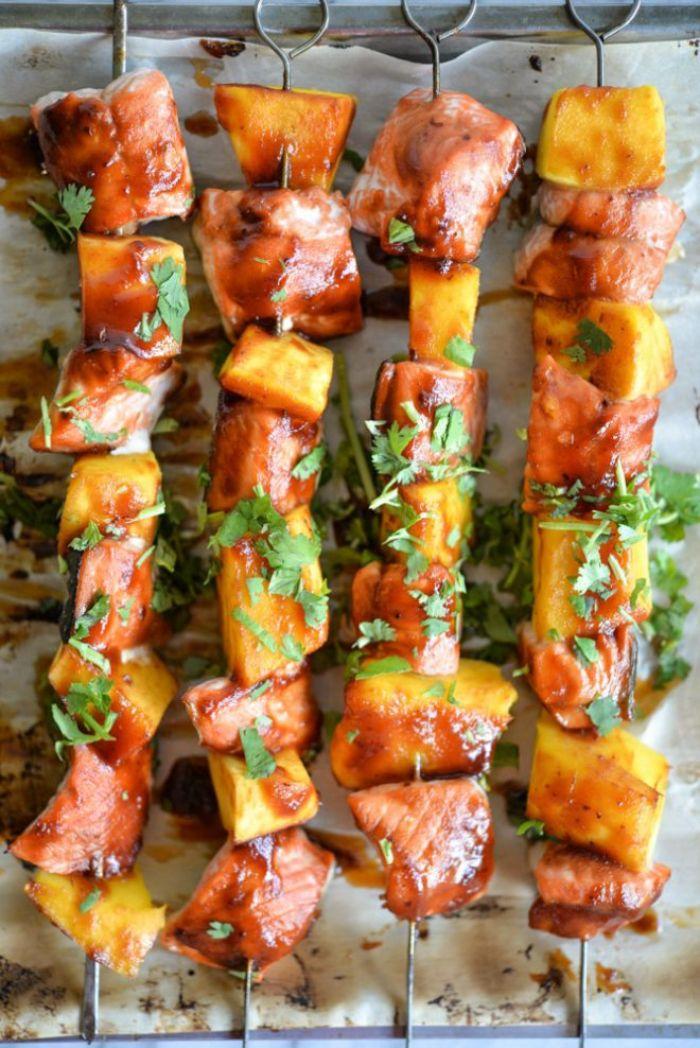 recette barbecue brochette à la hawaienne avec ananas, saumon fumé, saucisse, sauce barbecue et persil frais saupoudré