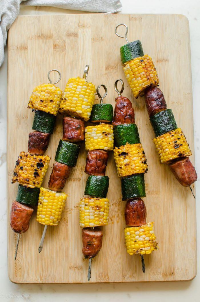 quelle viande pour barbecue, idée de brochette de saucisse avec des rondins de courgette et mais