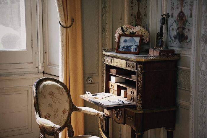 modèle de bureau secretaire gain de place style vintage avec des rangements verticaux dans un salon vintage