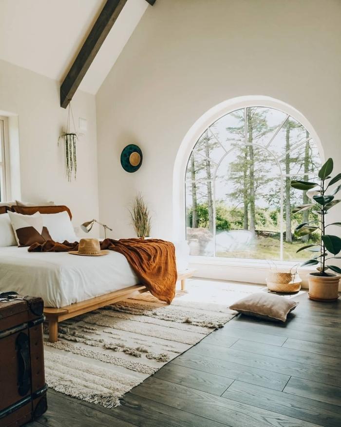deco chambre adulte de style nature, design pièce blanche aménagée avec meubles en bois et accessoires de couleurs terreuses