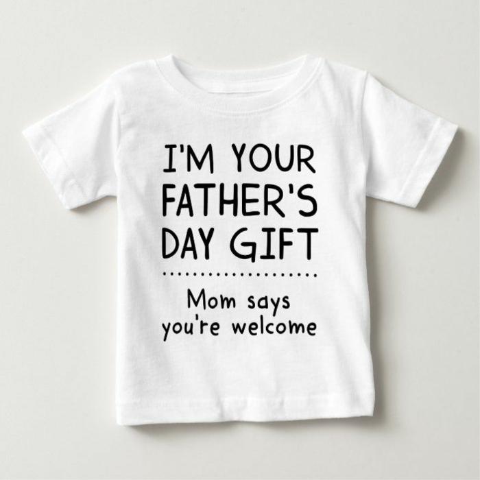 T-shir blanche pour enfant 2 ans je suis le cadeau de mon père idée cadeau fête des pères à fabriquer facilement, carte de voeux