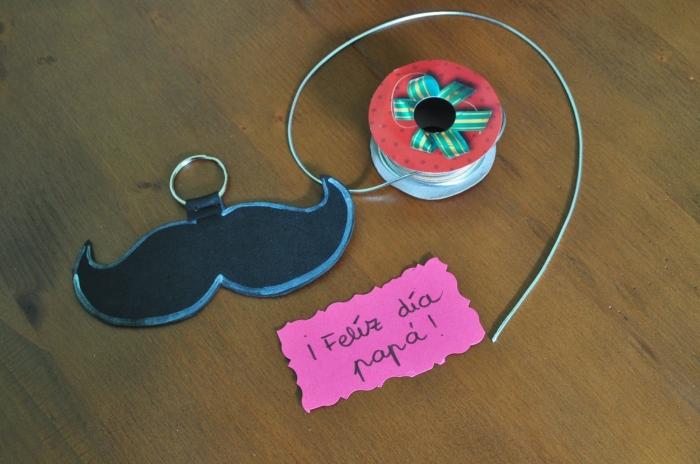 bricolage fête des pères pour tout petit, exemple de DIY porte-clé facile avec figurine de moustache en argile ou tissu