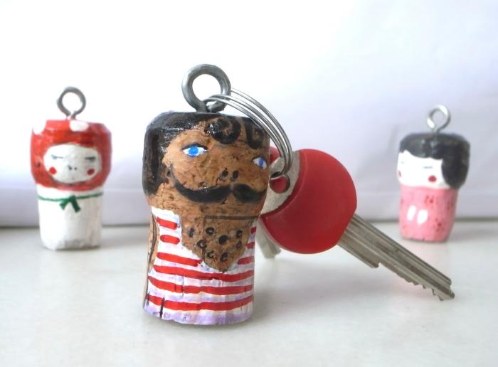 que faire avec bouchons de liège, idée de bricolage fête des pères pour tout petit, modèle porte-clé DIY avec bouchon de liège