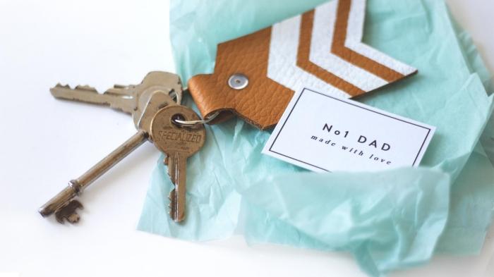 modèle de porte-clé fait maison avec chute de cuir et étiquette meilleur papa, idée de cadeau fête des pères a fabriquer