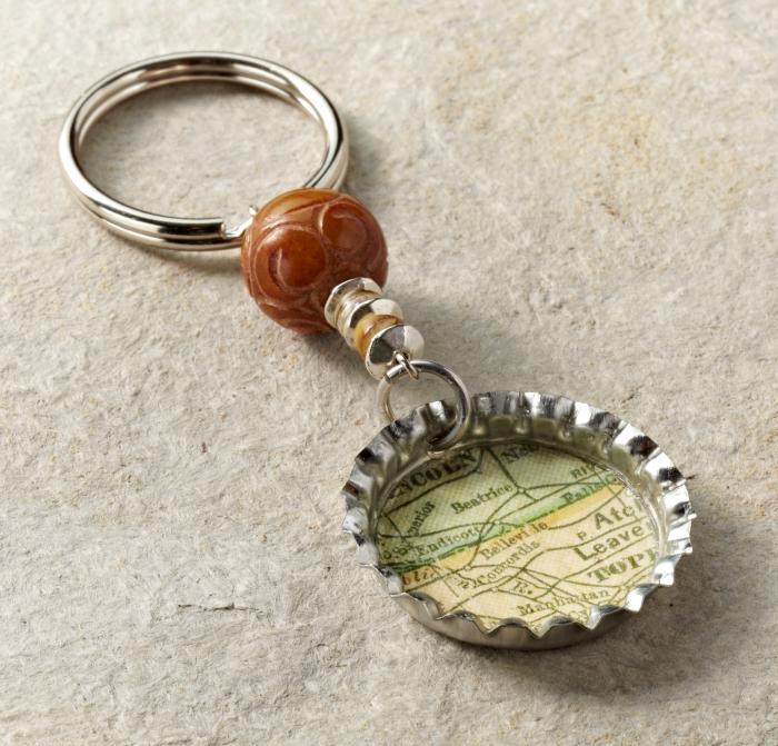 idée cadeau fête des pères à fabriquer facilement, modèle de porte-clé personnalisé avec bouton de bière et embellissement bijoux