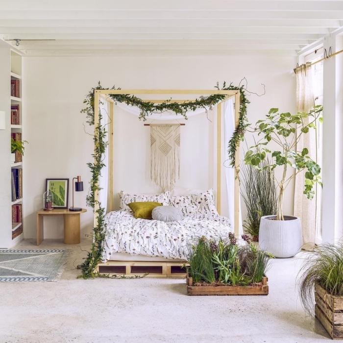 idée déco chambre adulte d'esprit boho romantique avec meubles en bois recyclé, modèle de lit à baldaquin pour une ambiance boho chic