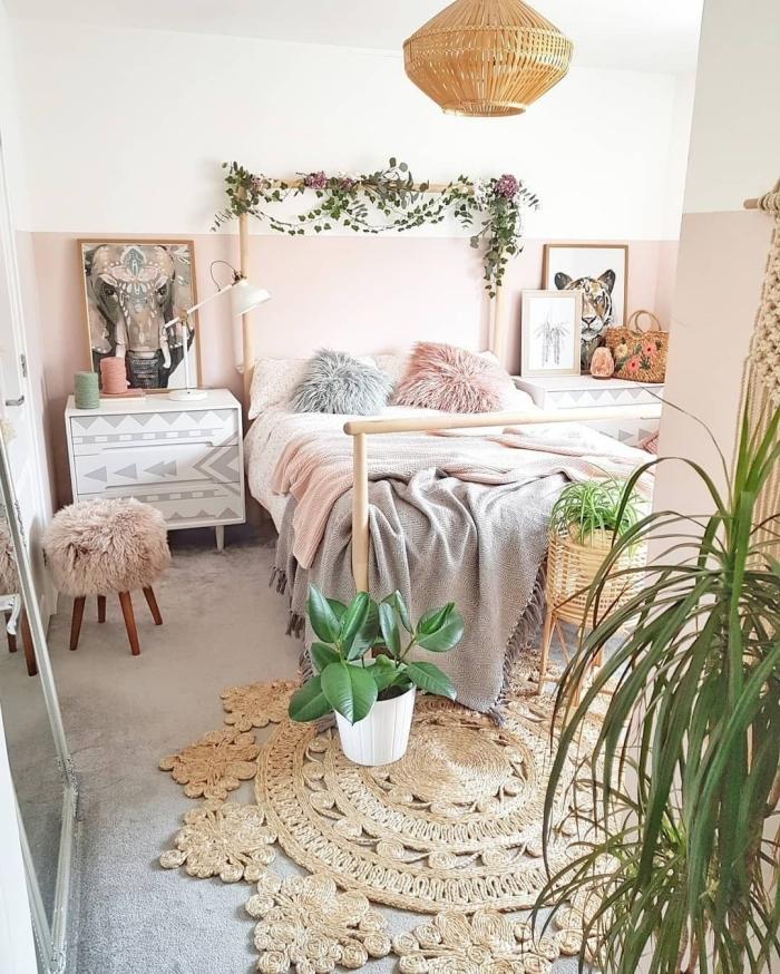 idée comment décorer une pièce ado de style jungalow avec meubles en bois et plantes vertes, chambre adulte deco exotique