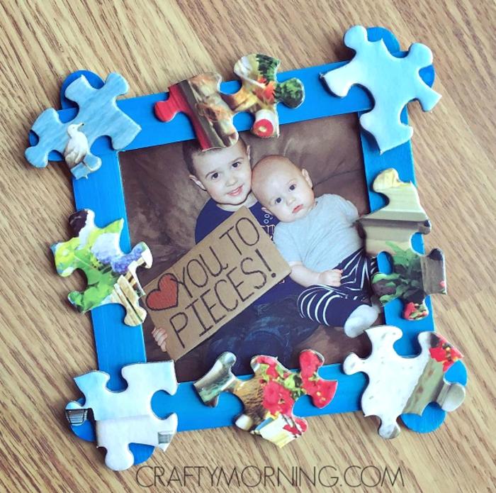 Faire un cadre photo fait par bébé, idée que offrir a son père, pièces de puzzle pour encadrer une photo de bébé