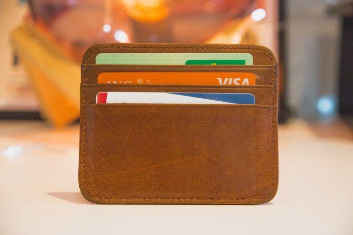 cards de credit dans un portefeuille homme en cuir marron