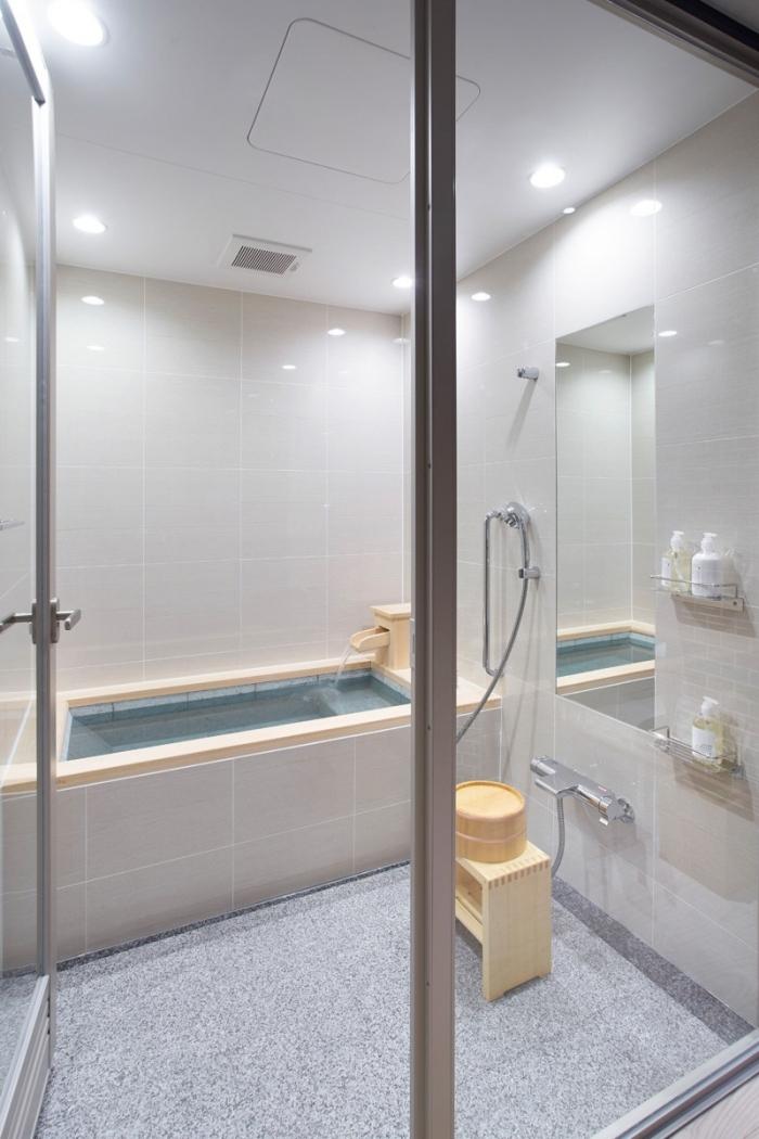 aménagement petite salle de bain de style japonais, décoration salle de bain aux murs blancs avec sol gris clair et accents bois