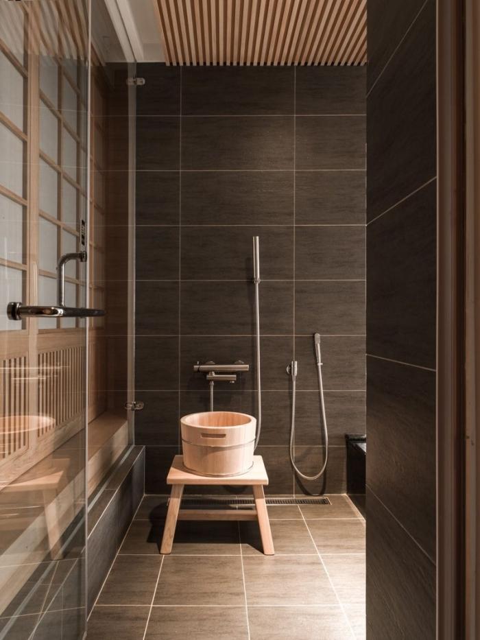 aménagement salle de bain moderne aux murs en gris anthracite avec accents en bois, déco petite salle de bain relax