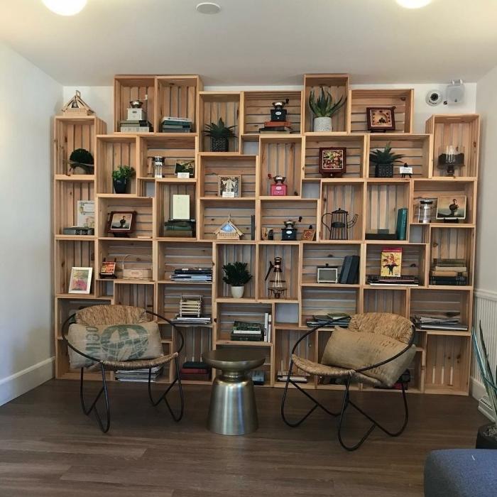 idée comment fabriquer bibliothèque originale avec caisses de bois recyclés, aménagement de coin de repos avec déco murale en bois