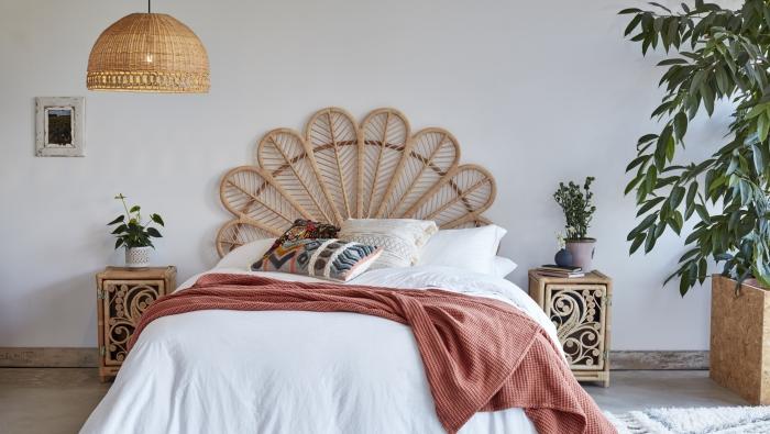 décoration de chambre exotique avec meubles et objets en rotin, design chambre jungalow avec grosses plantes d'intérieur