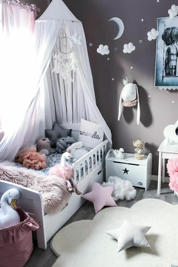 Gris sombre mur, déco guirlande nuages et coussins étoiles idee deco chambre bebe fille, inspiration decoration chambre fille