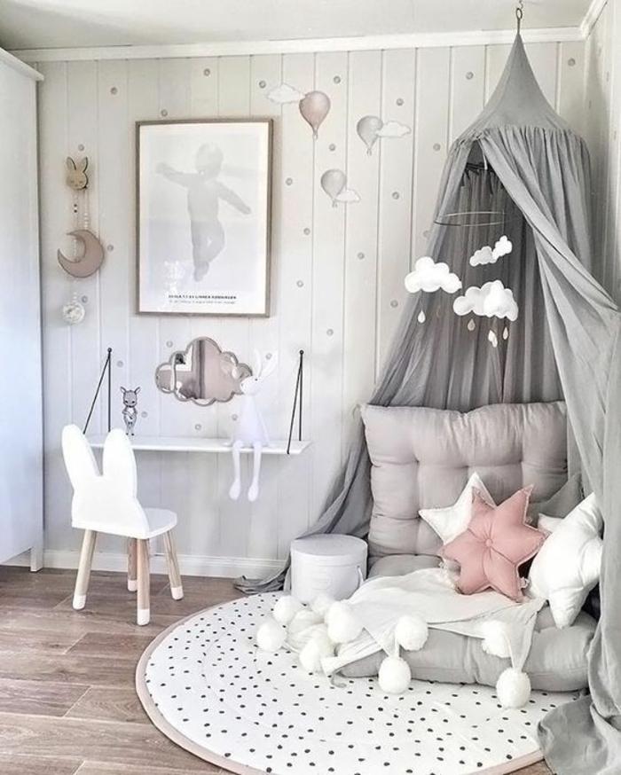 Fillette déco chambre gris et rose, deco chambre bebe fille ou chambre bébé tapis ronde, chaise blanche avec oreilles de lapin