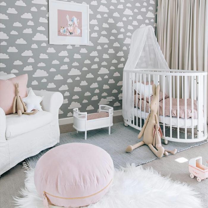 Papier peinte nuages peinture sur le mur tableau lapin en jeu couleur chambre fille, la plus belle deco chambre bebe fille scandinave