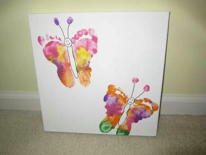Papillons de pieds imprimés avec différentes peintures pour faire les ailes, cadeau fete des peres bebe, cadeau fete des peres personnalisé