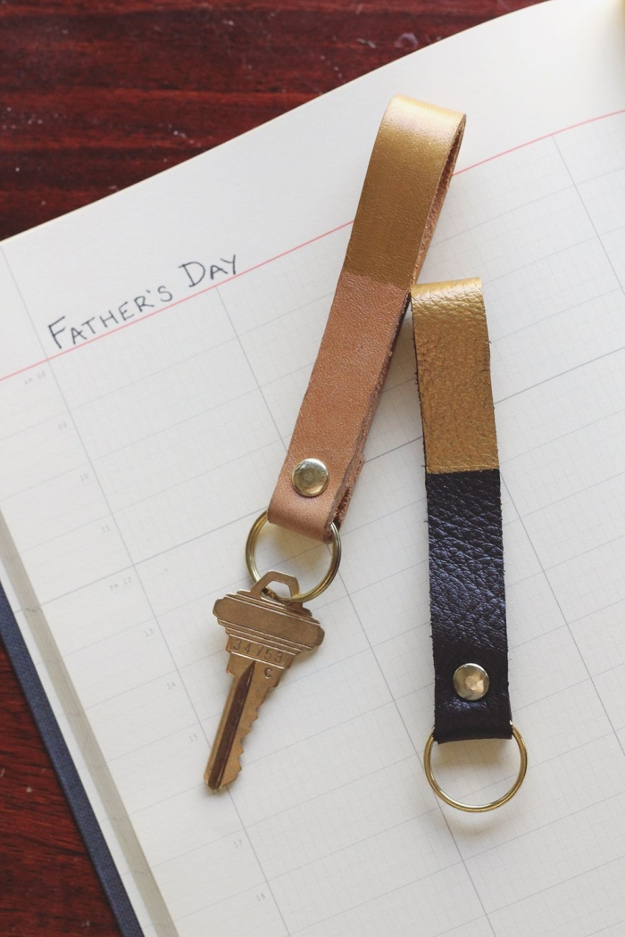 exemple de porte-clé original et fait maison avec morceau de cuir, accessoire en cuir comme cadeau fête des pères original et stylé