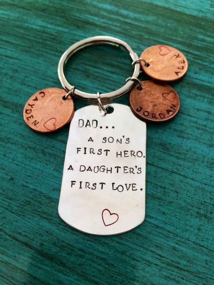 Porte clé par les enfants pour son père, idee cadeau fete des peres, bricolage fête des pères facile a l aide de maman