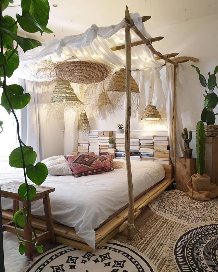 comment réussir la deco chambre zen et boho chic avec meubles en bois et plantes vertes d'intérieur, design lit à baldaquin exotique