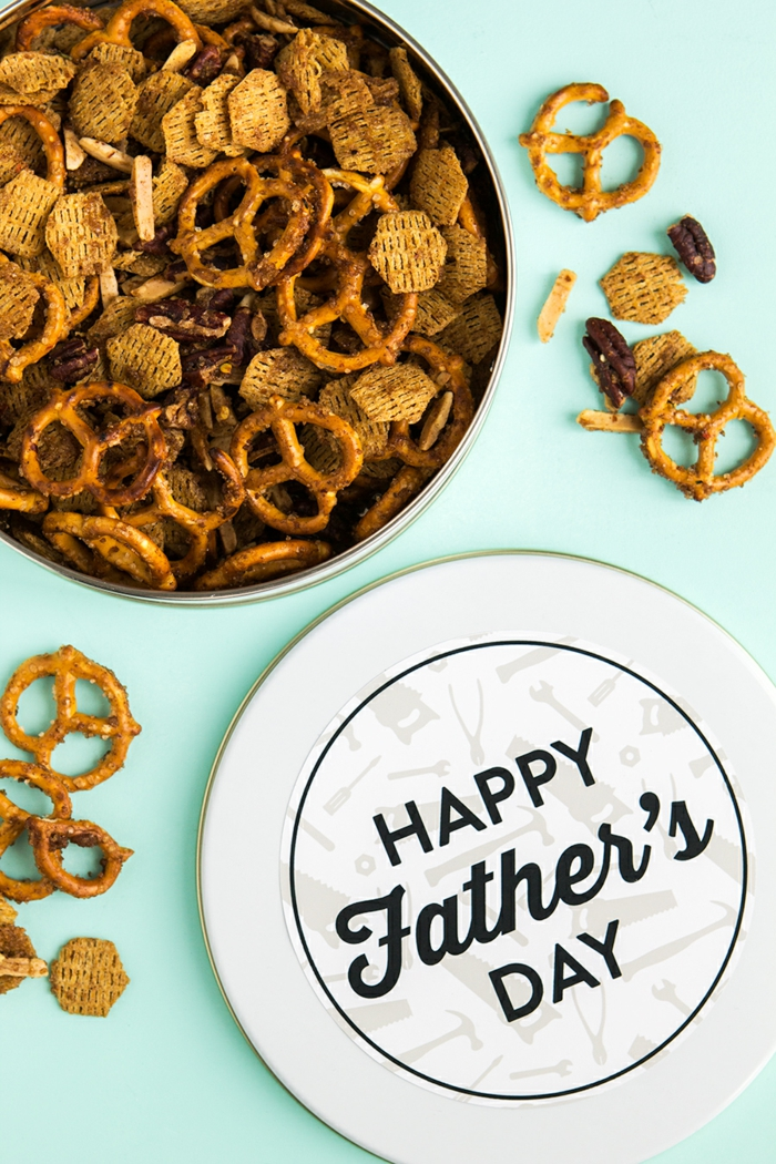 Boite avec petits snacks pour papa, idée cadeau fête des pères à fabriquer facilement, activité manuelle fete des peres