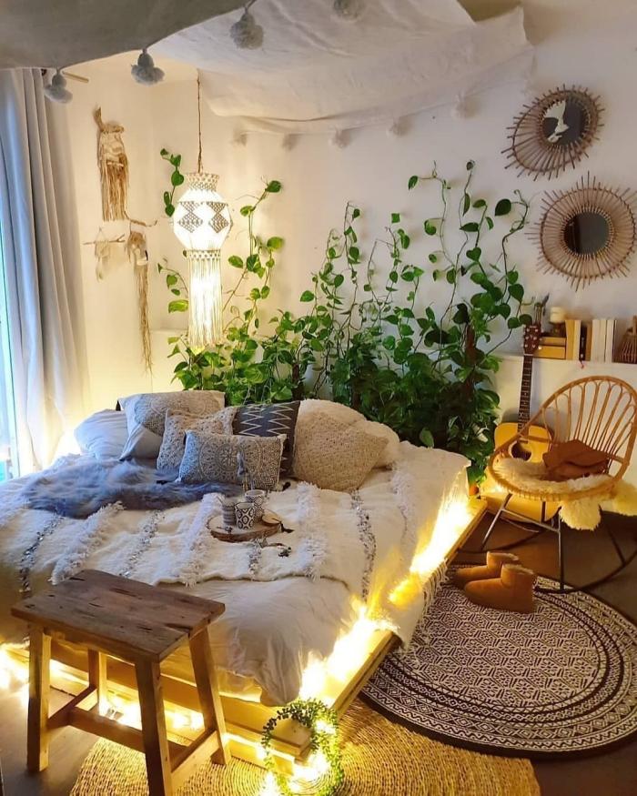 inspiration chambre cocooning de style urbain jungle aménagée avec meubles en bois et accessoires ethniques fait main