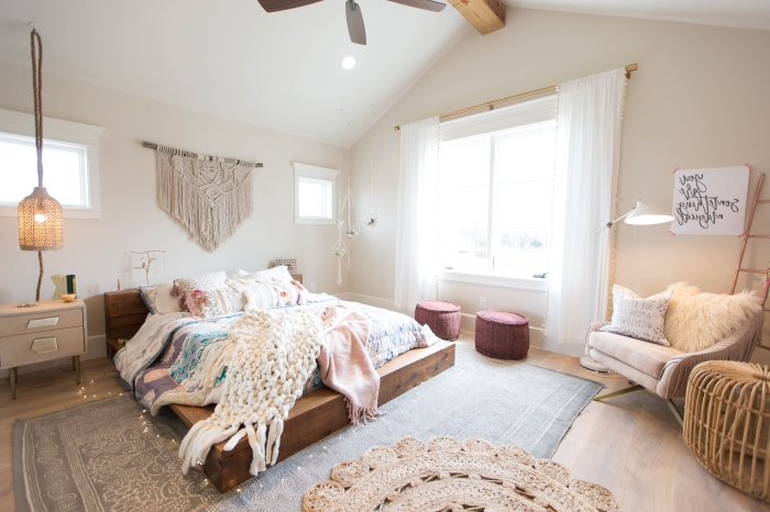 deco chambre parentale d'esprit boho moderne, aménagement chambre avec meubles en bois et accessoires en fibre végétale