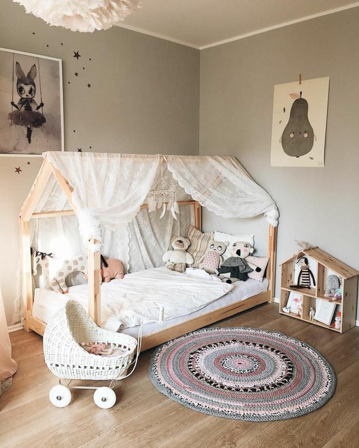 Tapis ronde lit maison bois deco chambre nature, peinture chambre bébé et enfant cool
