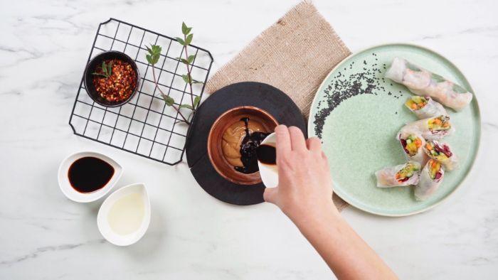 vinaigre de balsamique, beurre de cacahuete et sauce de soja pour faire rouleaux de printemps recette simple et rapide