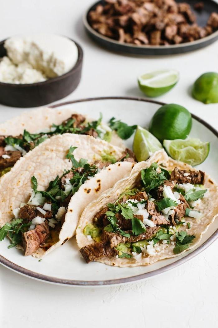 comment faire des tacos maison avec carne asada, viande grillée avec salsa d avocat, persil et fromage