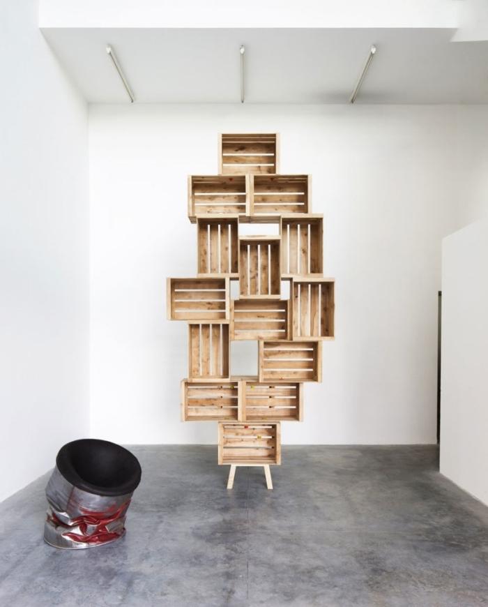 exemple comment faire un meuble en palette ou caisses de bois facile et à petit budget, modèle d'étagère originale en bois