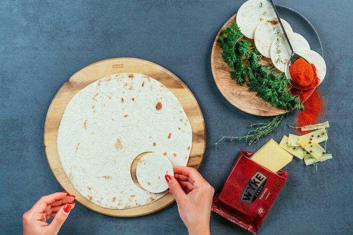 couper des ronds de tortilla avec emporte pieces dans une grande trtilla, comment faire des tacos maison simples