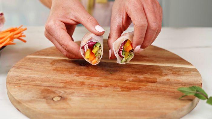 trancher le rouleau de printemps en deux, recette amuse bouche rapide pour apero, crevette apero simple