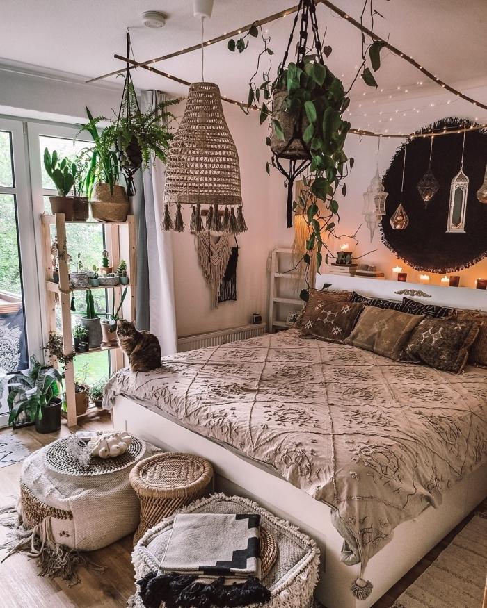 photo deco chambre a coucher adulte d'esprit boho chic, idée aménagement pièce urbain jungle avec meuble's en bois
