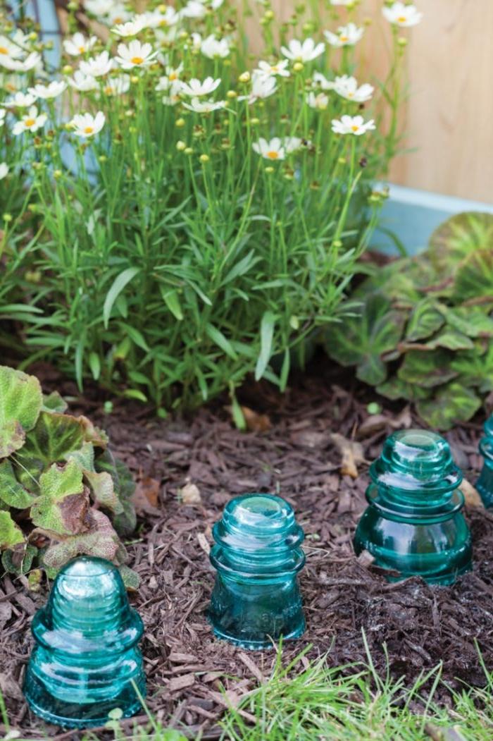 couvercles de pots alignés pour fabriquer une bordure deco jardin recup a faire soi meme originale