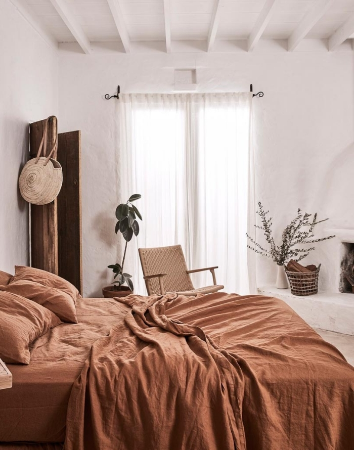 quelles couleurs pour une pièce d'esprit nature, photo deco chambre a coucher adulte aménagée en blanc et nuances de marron