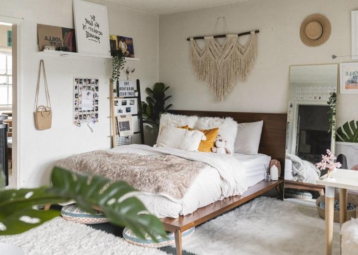comment décorer les murs dans une pièce boho chi, idée de chambre adulte deco hippie chic avec accessoires en bois et plantes