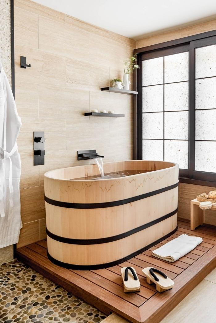 exemple comment décorer une salle de bain bois de style japonais, design salle de bain avec baignoire autoportante