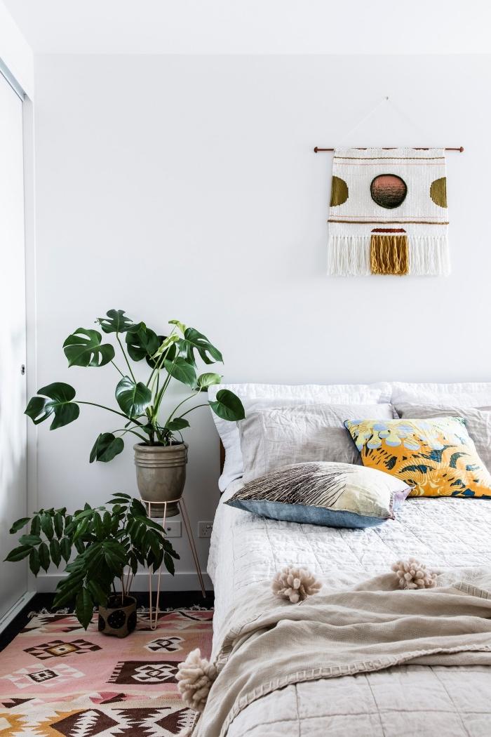 comment faire une décoration murale chambre bohème avec une suspension DIY en corde et fil, design chambre blanche avec accents colorés