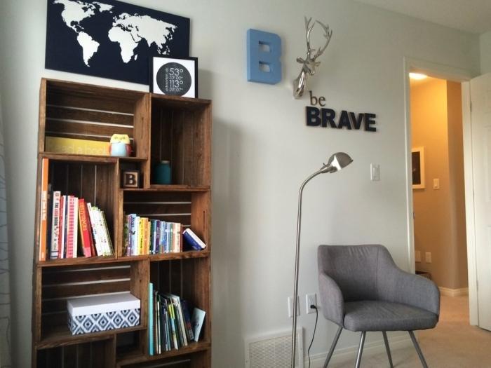 comment décorer un coin de lecture dans une chambre d'enfant avec un meuble en palette ou caisse bois fait maison
