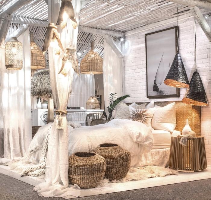 deco chambre adulte d'esprit exotique avec accessoires en fibre végétale, design lit cocooning avec rideaux et lanternes tressés