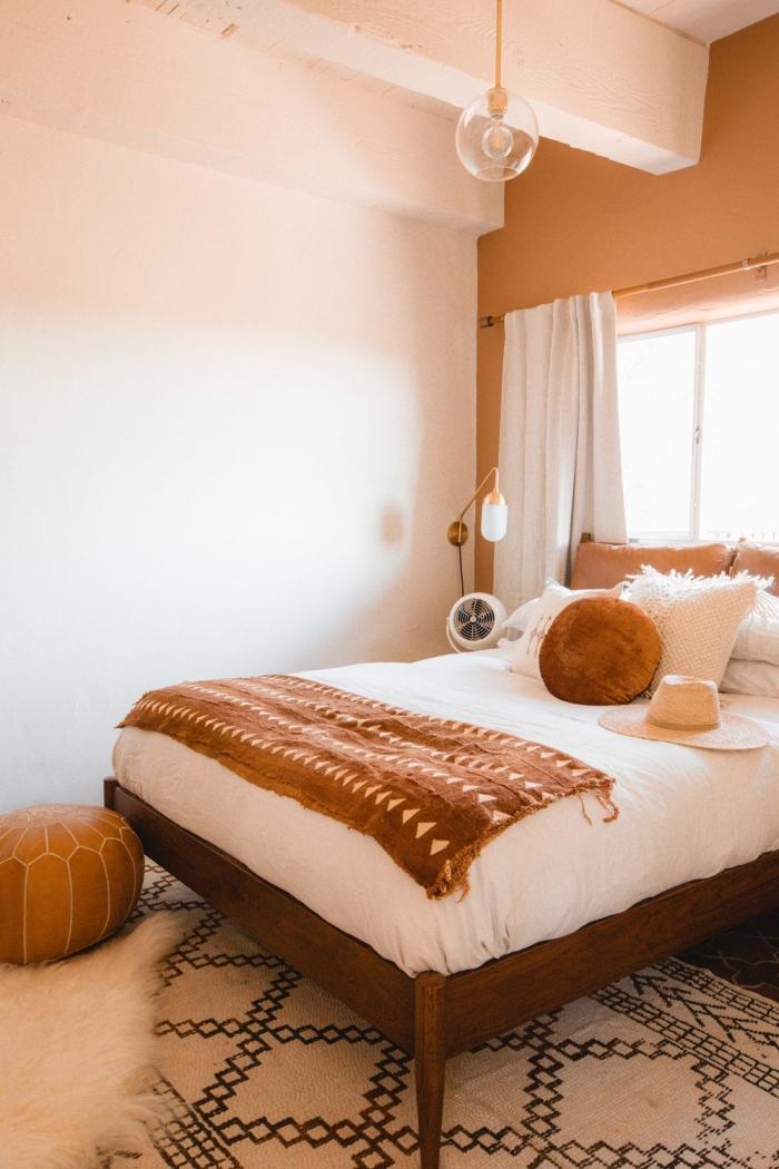 deco chambre parentale en couleurs terreuses, design petite chambre à coucher d'esprit nature en nuances de beige et marron
