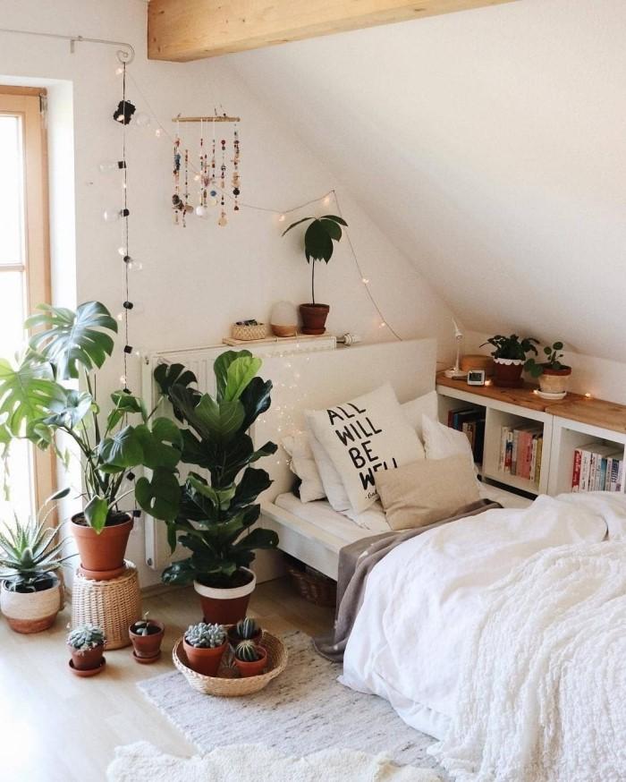 pinterest chambre à déco bohème chic, design pièce sous comble aux murs blancs aménagée avec meubles en blanc et bois
